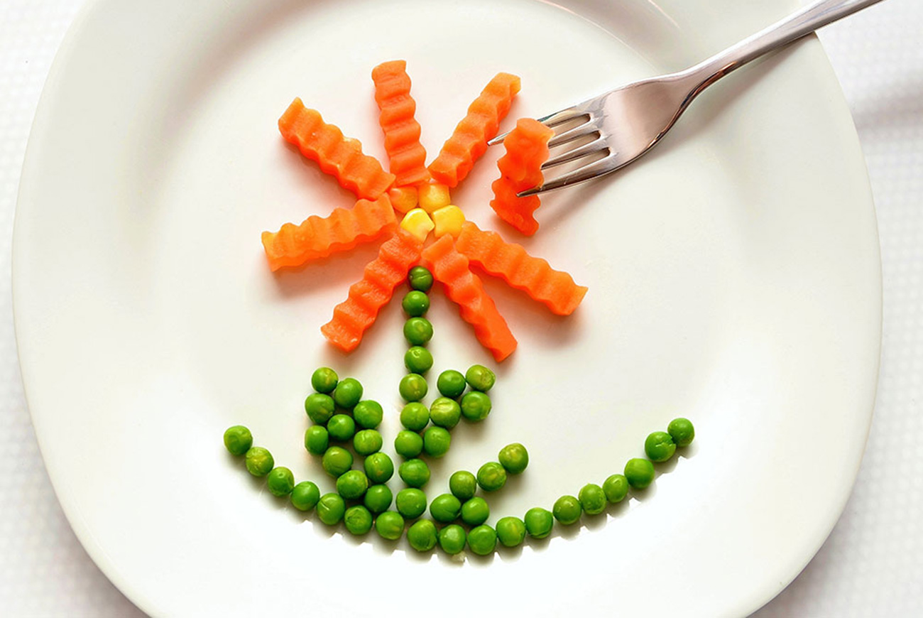 Picture of vegetable flower on a plate for baby picture book story online - Veggies